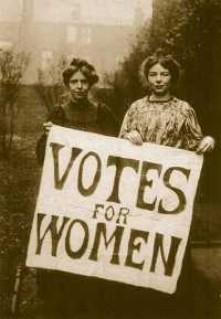 Las sufragistas inglesas –Suffragettes– Annie Kenney y Christabel Pankhurst portando un cartel reivindicativo del sufragio femenino. Autor desconocido: http://www.hastingspress.co.uk/history/sufpix.htm, Dominio público, https://commons.wikimedia.org/w/index.php?curid=15154048