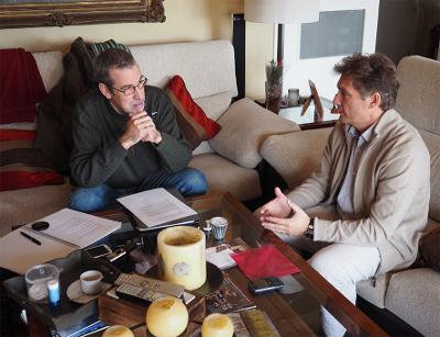 Benito Muros en un momento de la entrevista con Xavier Bartlett, editor adjunto de Dogma Cero. Foto: David Álvarez-Planas.