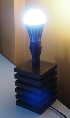 La bombilla SOP a la que Benito Muros estima una duración de entre 80 y 100 años y que con 3,5 vatios iluminaría igual que una bombilla incandescente de 80 a 100 vatios. Foto: David Álvarez-Planas.