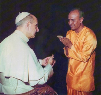 Pablo VIè (1897-1978) con Sri Chinmoy (1931-2007). Por srichinmoy.org - http://www.srichinmoy.org/meetings-pope-paul-vi, CC BY-SA 3.0, https://commons.wikimedia.org/w/index.php?curid=33685884
