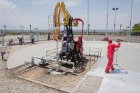 Unos obreros trabajan en el acondicionamiento del emblemático Pozo Zumaque I, que cumple 100 años el 31 de julio de 2014, y que aun produce 20 barriles diarios. UN/Richard Borges. Leer más en: http://www.elmundo.com.ve/noticias/petroleo/pdvsa/fotos---100-anos-de-historia-petrolera-venezolana.aspx#ixzz4kN8gHyRL
