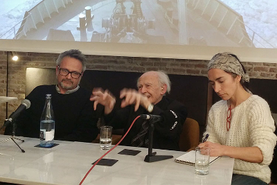 Bauman (al centre) ha estat a Barcelona aquests dies per donar suport al documental «In the same boat» del director Italià Rudy Gnutti (a la seva dreta). El film elabora la idea de «treballar menys perquè puguem treballar tots». / Bart Grugeon Plana.